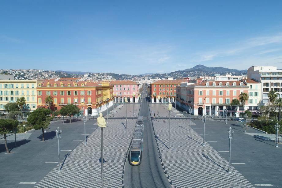 La place Masséna et le tramway durant le confinement.