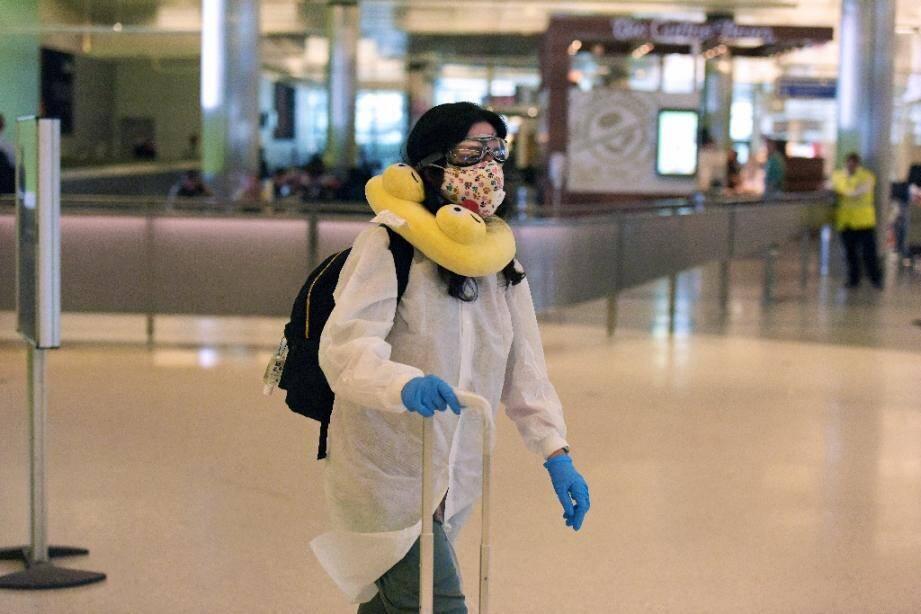 Une voyageuse à l'aéroport de Los Angeles, le 16 mars 2020.