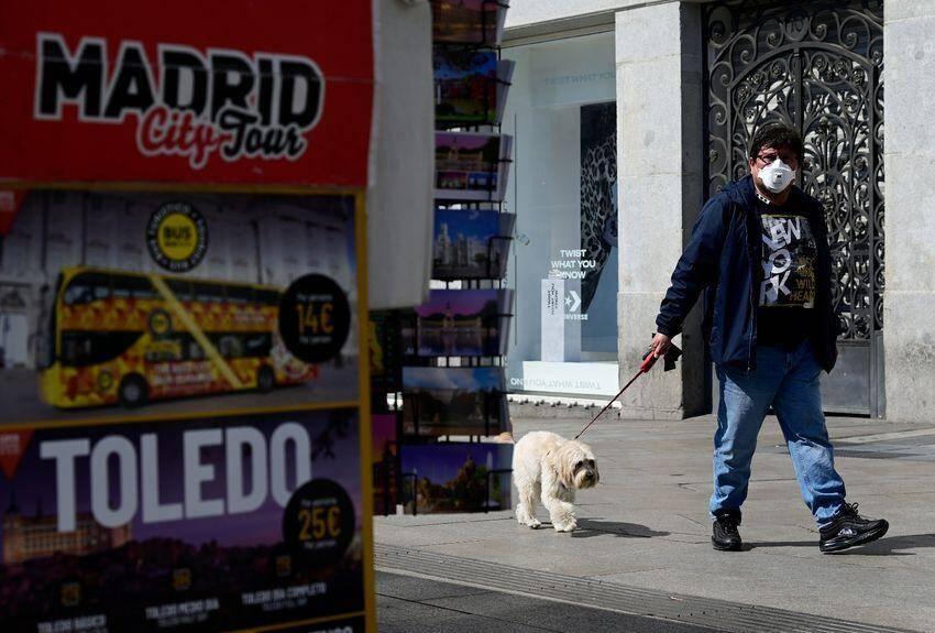 Le confinement des Espagnols est si strict que les chiens sont devenus un des rares sauf-conduits pour sortir de chez soi, devenant parfois objets de marchandages et stratégies en tout genre.