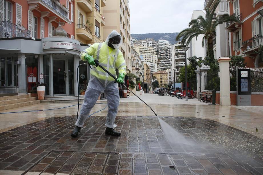 Depuis ce lundi matin, les équipes de la SMA, à pied ou en véhicule, aspergent le sol et le mobilier urbain du pays avec un produit bactéricide désinfectant.