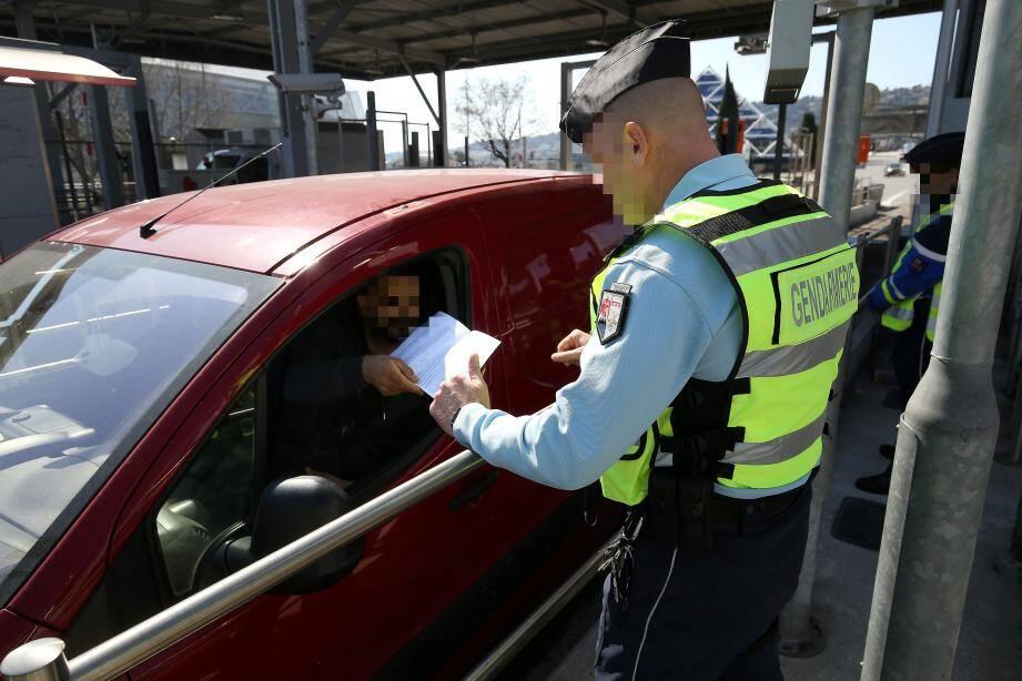 Gendarmes et policiers multiplient le contrôle des autorisations de déplacement sur tout le département. Les plaintes ont baissé de 80% dans les Alpes-Maritimes.