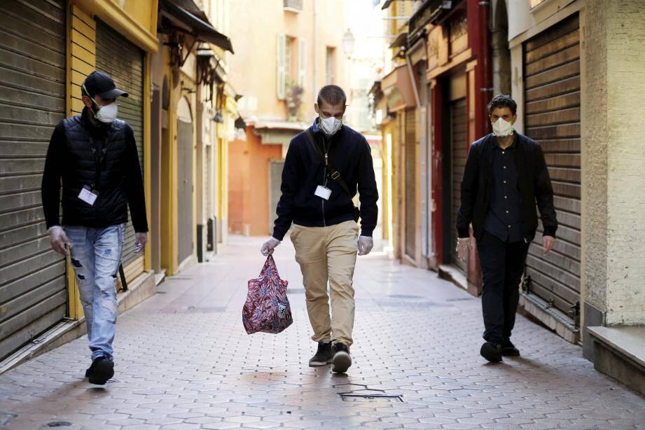 Alexandre, Ugo et Bastien proposent de faire les courses aux personnes isolées, souvent âgées, comme Blanche, 89 ans.