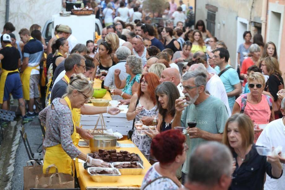 La balade gourmande à Ampus attire des milliers de visiteurs chaque année .