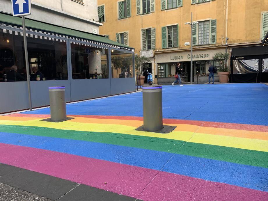 Des bandes arc-en-ciel ont été peintes au sol, rue Bonaparte à Nice.