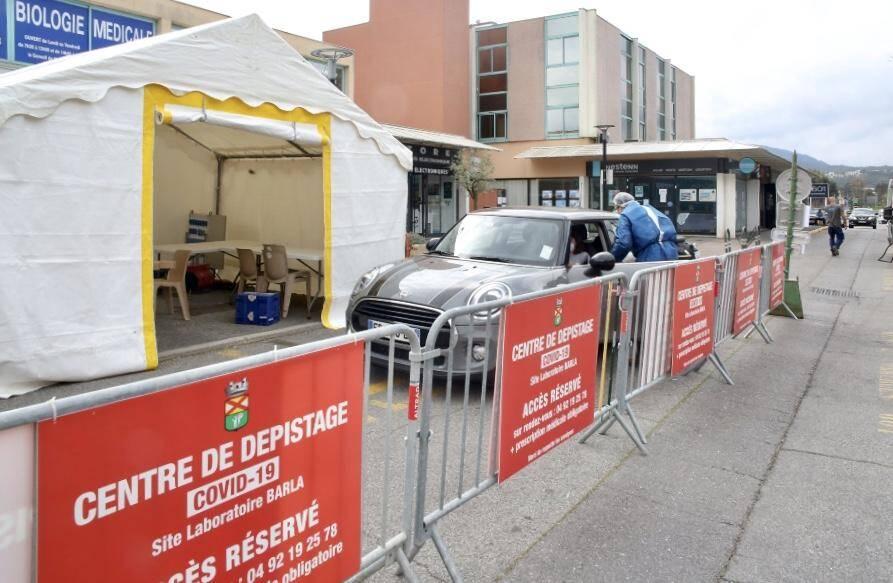 """Ici, devant le Laboratoire Barla, au 601 avenue de Fréjus, ouverture ce mardi du second centre de tests de dépistage """"Drive"""" du Covid-19 déployé à Mandelieu."""