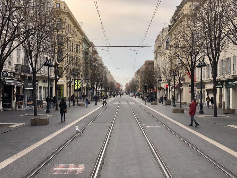 A 8h20, d'ordinaire, l'avenue Jean-Médecin grouille de monde. Vision quelque peu surréaliste ce mardi matin à Nice