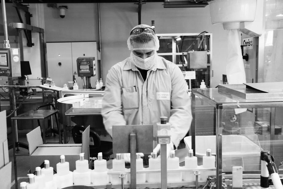 Fabrication de gel hydroalcoolique dans les usines de Clarins.