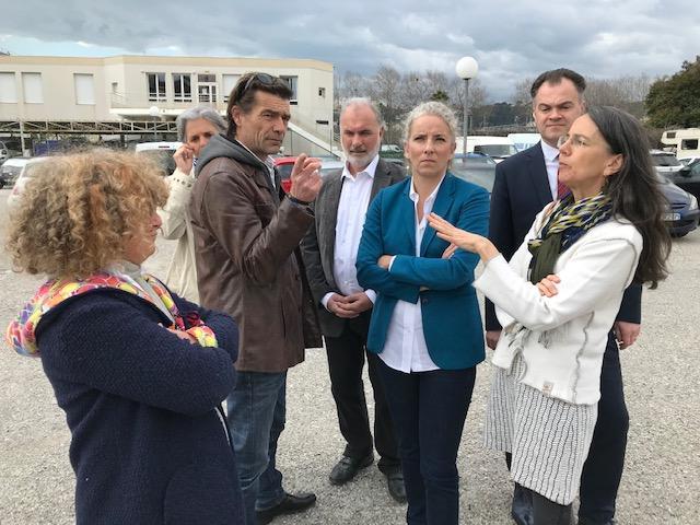 Delphine Batho entourée par des candidats verts azuréens, ce lundi dans la partie en mutation de la plaine du Var à Nice.