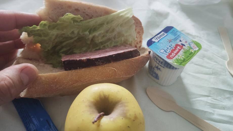 Un maigre sandwich, un yaourt et une pomme en guise de repas.