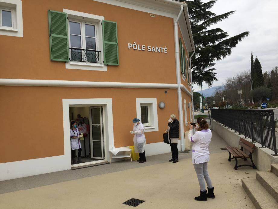 Au Rouret, la salle d'attente est désormais à l'extérieur du cabinet médical.
