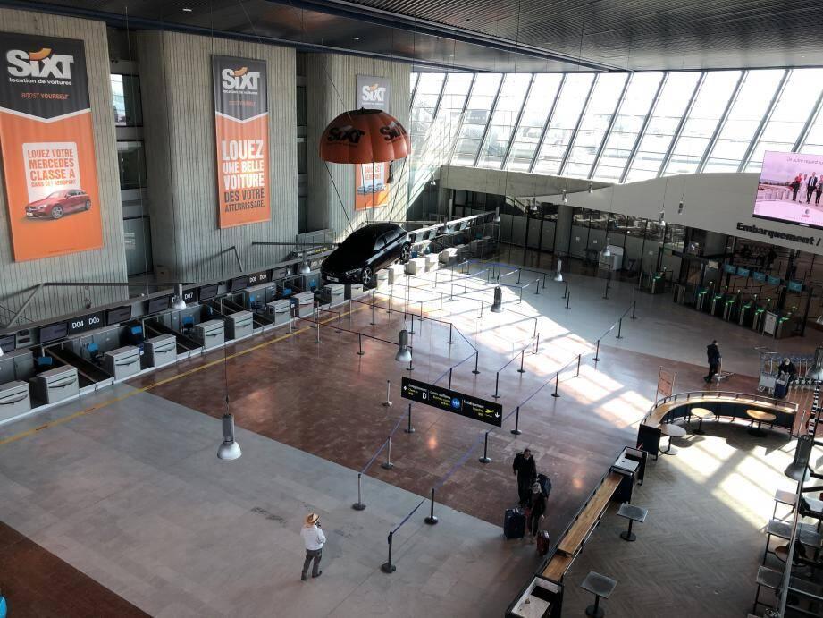 Le terminal 2 de l'aéroport est vide.