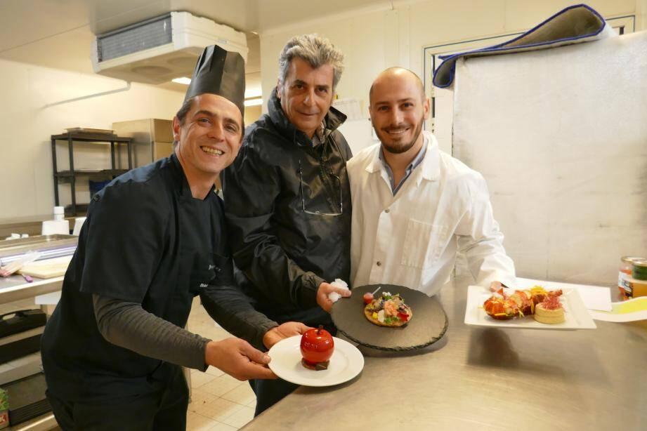 De gauche à droit: BriceEscardo, le chef du laboratoire de production (parmi les cinq chefs du Chef Lab des Traiteurs de France lancé en 2017), Gilles Gaudefroy et son fils Alexandre, fiers de présenter leurs réalisations originales pour la Saint-Valentin.