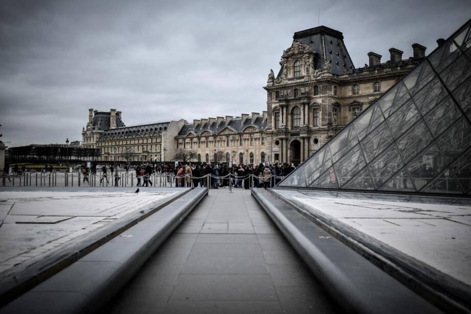 Le musée du Louvre à Paris, fermé, ouvre ses collections.