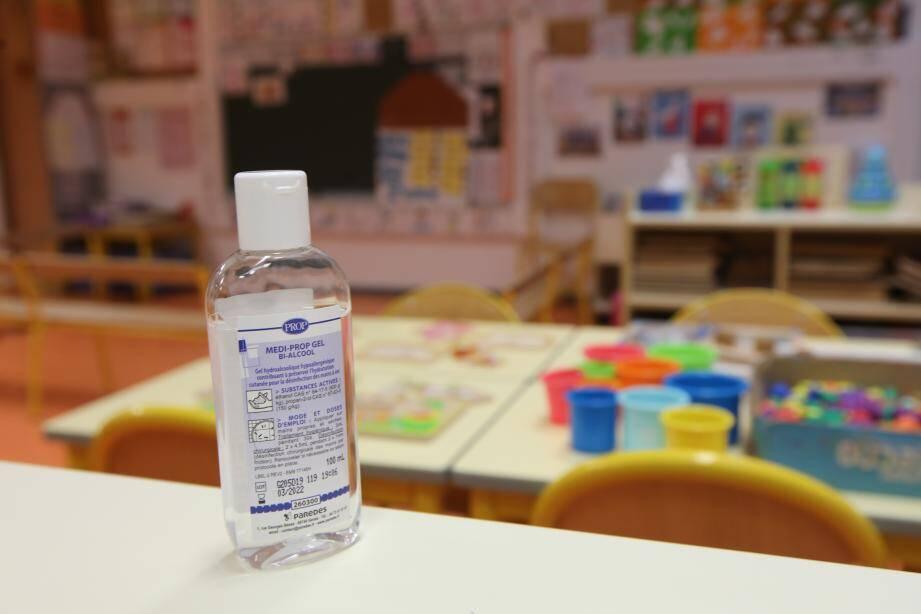 Du gel hydroalcoolique dans une école de Nice.