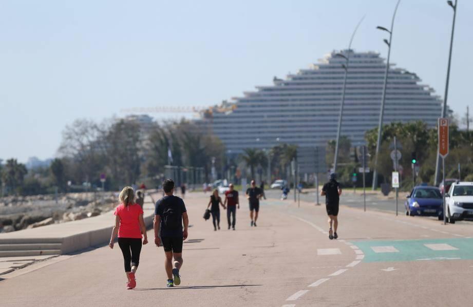 À Cagnes-sur-Mer, confinement ou pas, il y a du monde sur la promenade du bord de mer.
