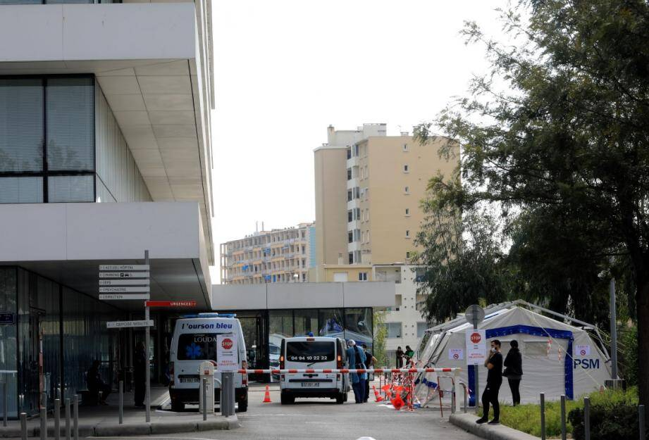 Un poste médical avancé a été installé à la porte des Urgences de l'hôpital Sainte-Musse à Toulon.