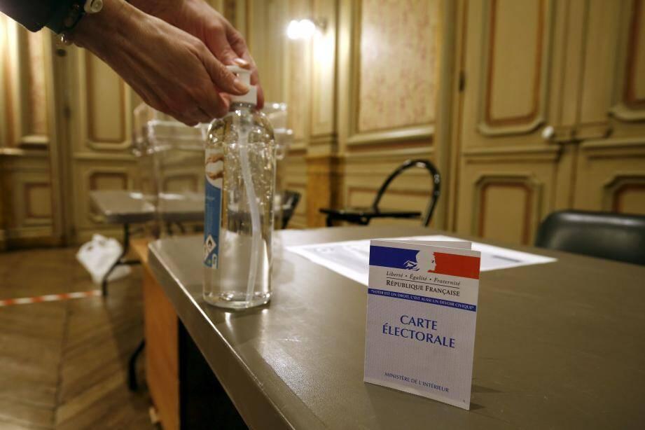 Mesures d'hygiène exceptionnelles dans les bureaux de vote, ici à Menton.