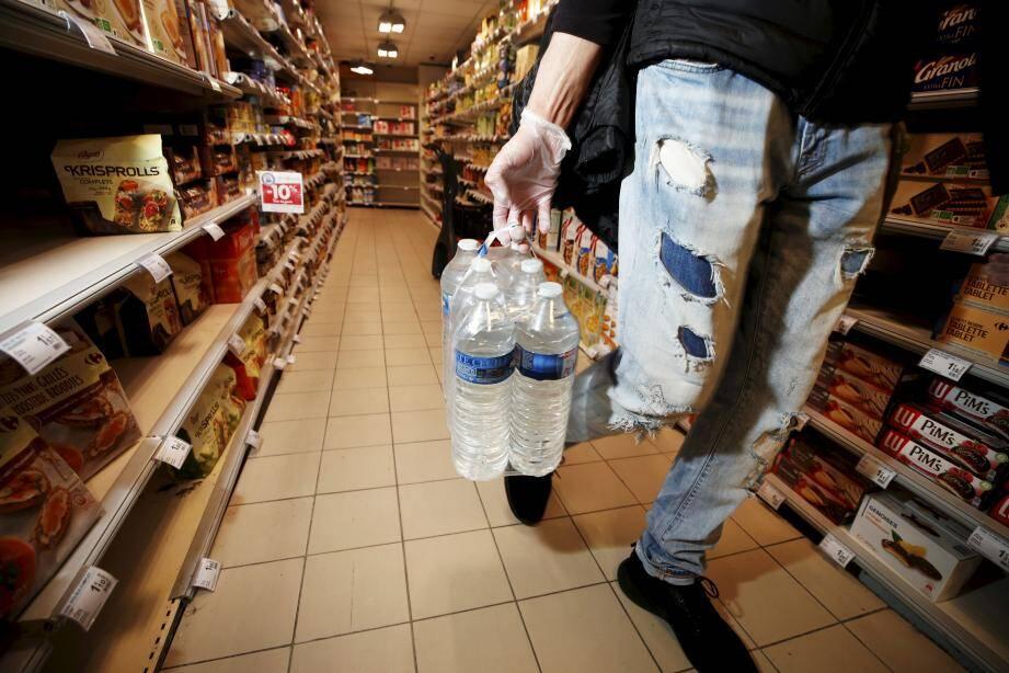 Pas facile pour le secteur de la grande distribution. Les supermarchés doivent rester ouverts mais tous les employés ne sont pas forcément aptes à travailler. Illustration.