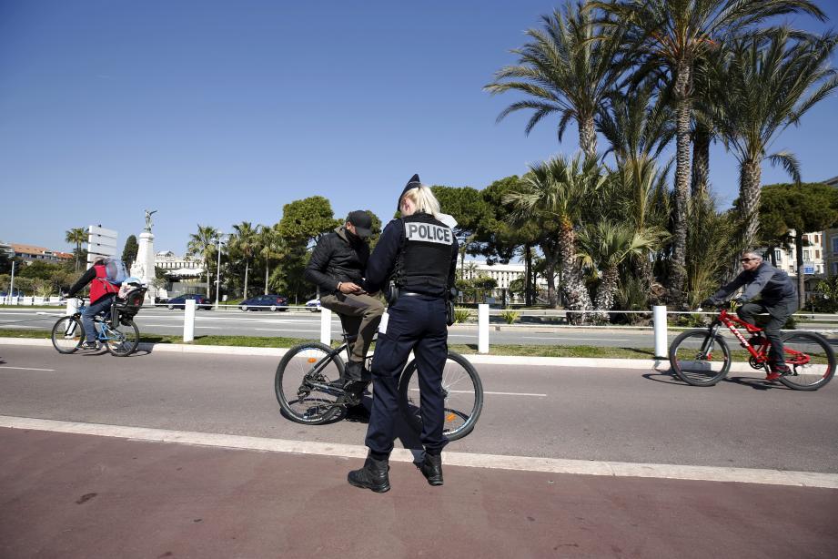 La police contrôle les personnes qui ne respectent pas le confinement, sur la promenade des Anglais à Nice, mercredi 18 mars.