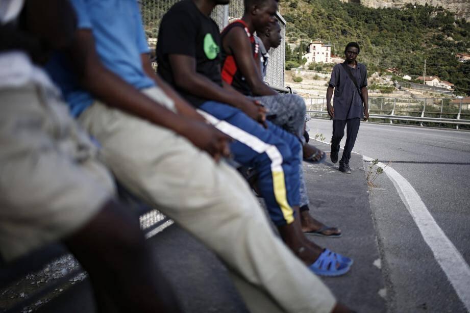 De jeunes migrants à la frontière.