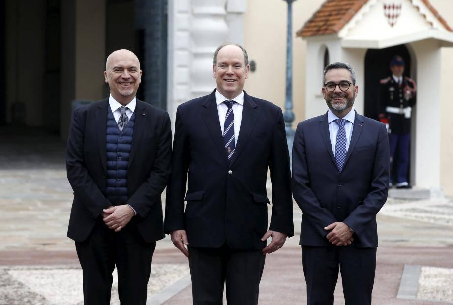 Le prince Albert II, vendredi dernier lors de la présentation de l'Unité de préservation du cadre de vie, entouré de Richard Marangoni, directeur de la Sûreté publique, et Christophe Prat, directeur général de l'Intérieur.