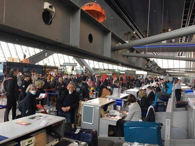 Afflux de passagers au terminal 2, ce mardi matin, avant l'entrée en vigueur des mesures de confinement.