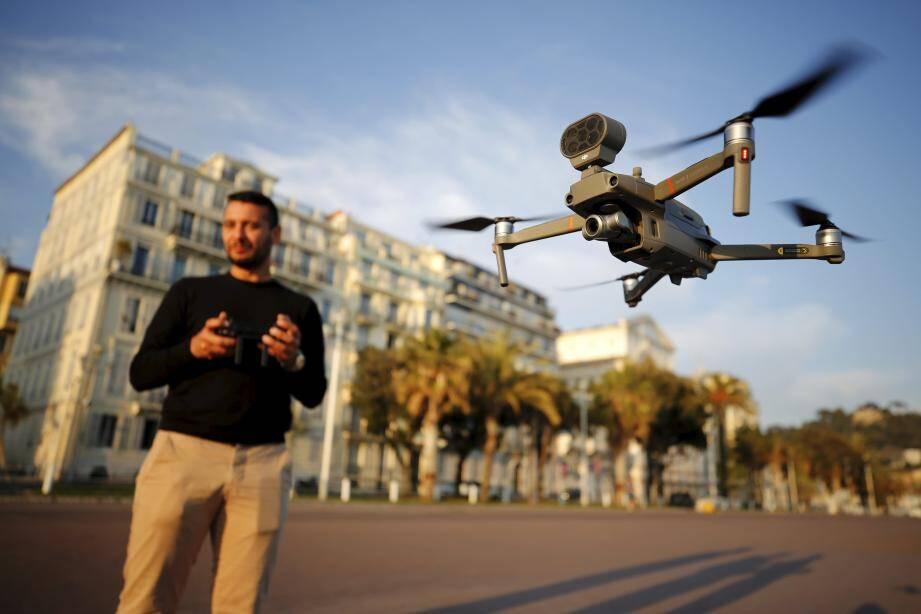 Un drone a été réquisitionné pour aller informer les gens des zones de confinement.