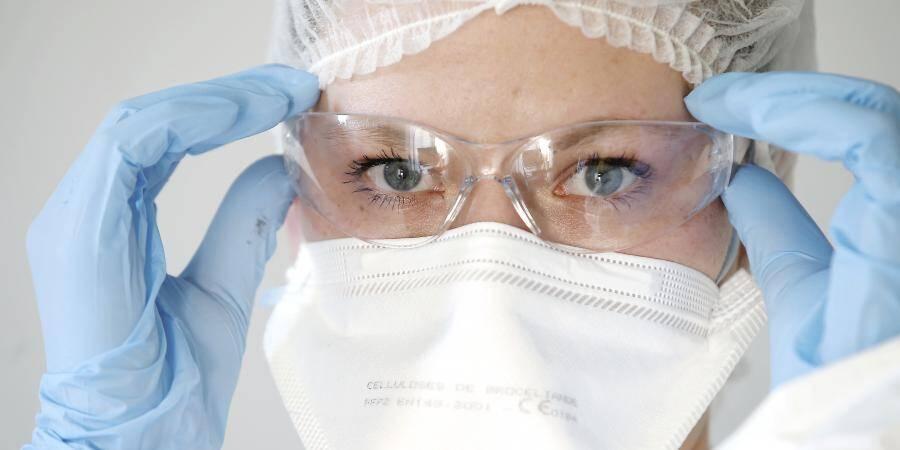 Une infirmière portant un masque.