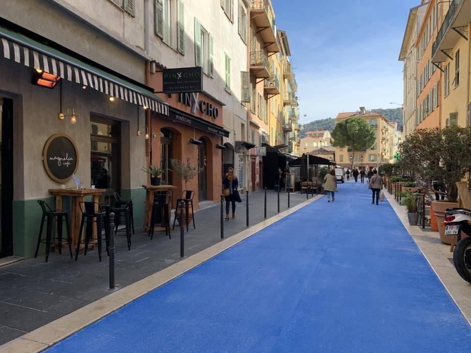Le sol de la rue Bonaparte est désormais bleu.