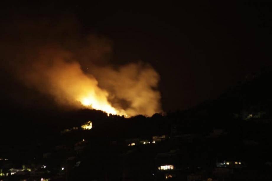 Un feux de broussailles s'est déclaré ce mercredi soir au col de Vence.