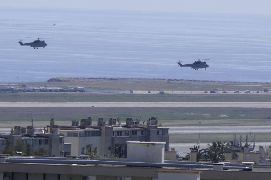 A 15h05 exactement, deux hélicoptères militaires se sont posés sur le tarmac niçois, après avoir effectué une approche en boucle au-dessus des collines de Nice-ouest. Une arrivée remarquée.