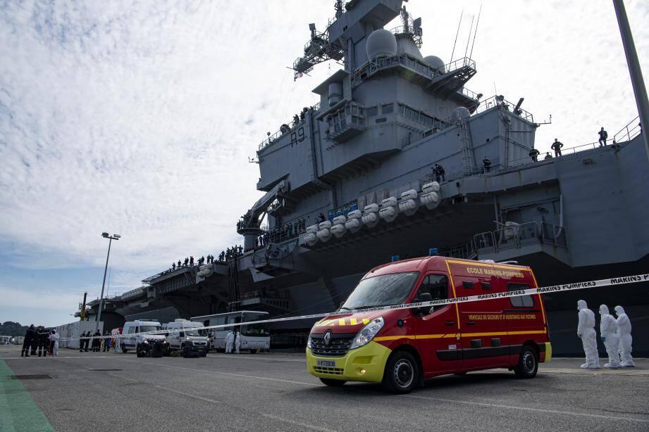 Dimanche après-midi, à peine le porte-avions amarré, les marins (alors une cinquantaine) présentant des symptômes compatibles avec le coronavirus avaient été transportés vers l'hôpital Sainte-Anne et d'autres lieux dédiés.