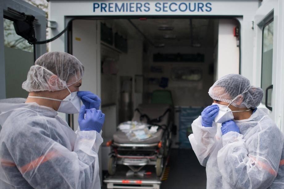 Des soignants de la protection civile prennent en charge un migrant infecté par le Covid-19, le 7 avril 2020 à Saint-Herblain (Loire-Atlantique)