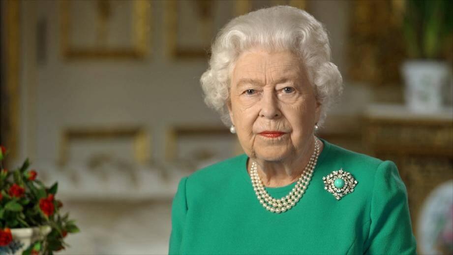 Photo récente non datée transmise par le palais de Buckingham, le 5 avril 2020, montrant la reine Elizabeth II lors de l'enregistrement d'une rare allocution sur la pandémie de coronavirus depuis le château de Windsor