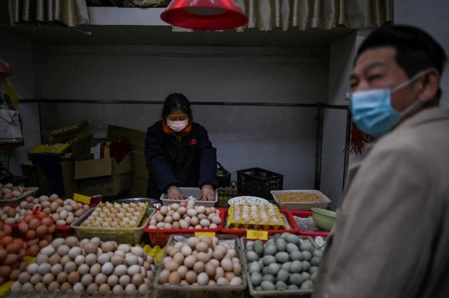 Un homme fait ses courses sur un marché de Wuhan, en Chine, le 2 avril 2020