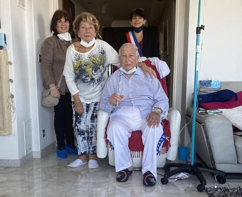 Les deux jeunes mariés ont pu voir leur mariage célébré in extremis hier au sein de leur domicile antibois.