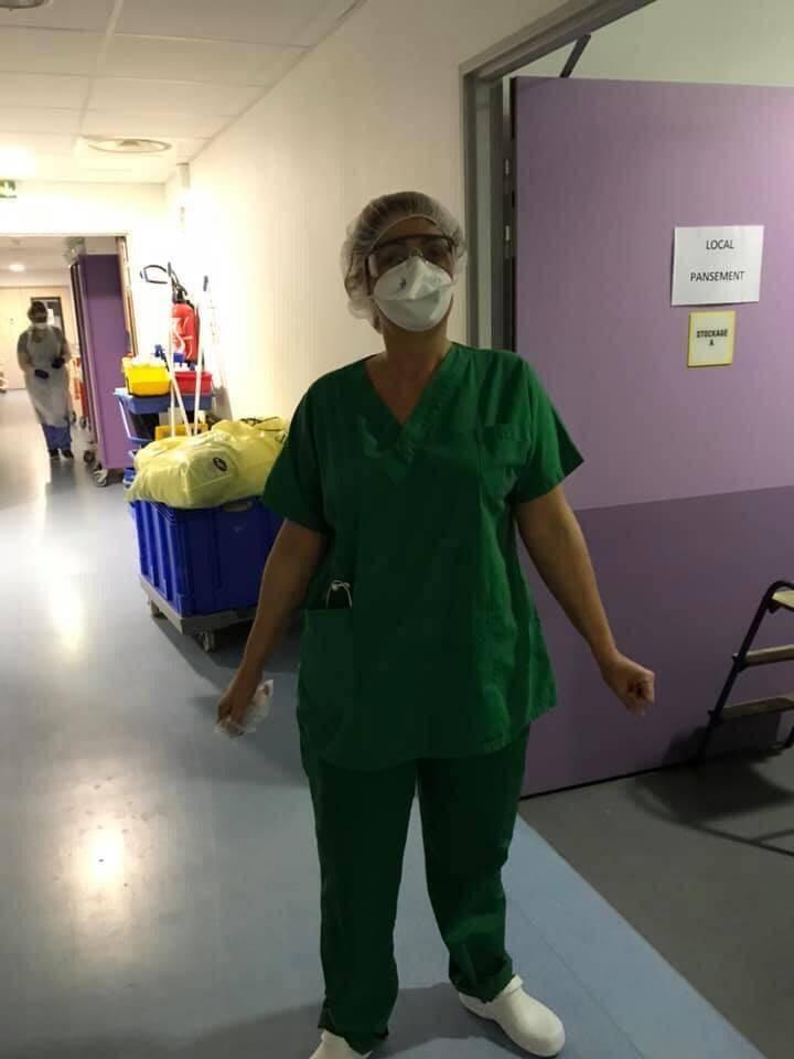 Par-dessus l'uniforme classique (à l'image), l'infirmière devait revêtir plusieurs couches de protection de la tête aux pieds.