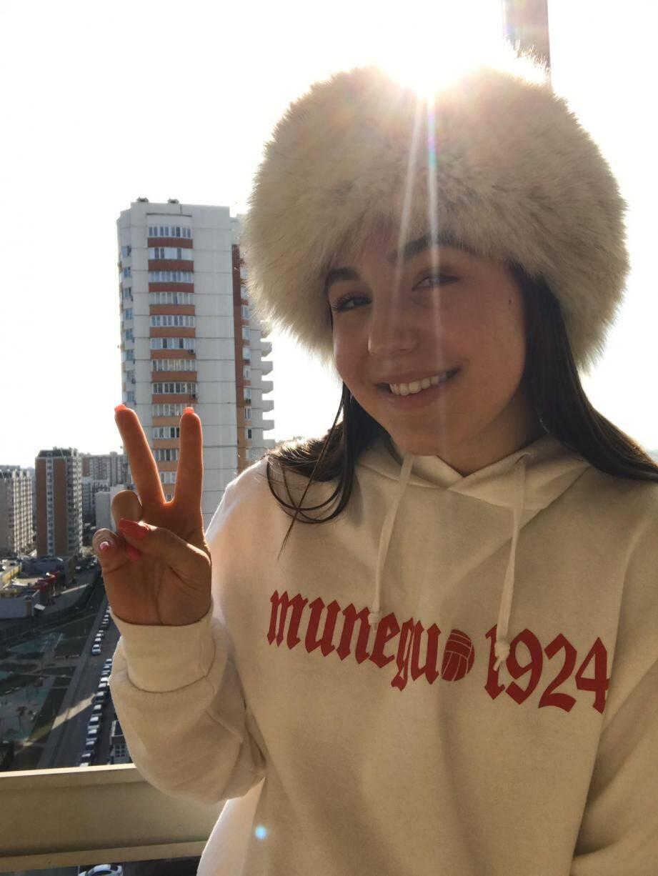 """Chapka et sweat """"Munegu 1924"""", Ludmila arbore ses origines fièrement et vit son confinement sereinement depuis Moscou.(DR)"""