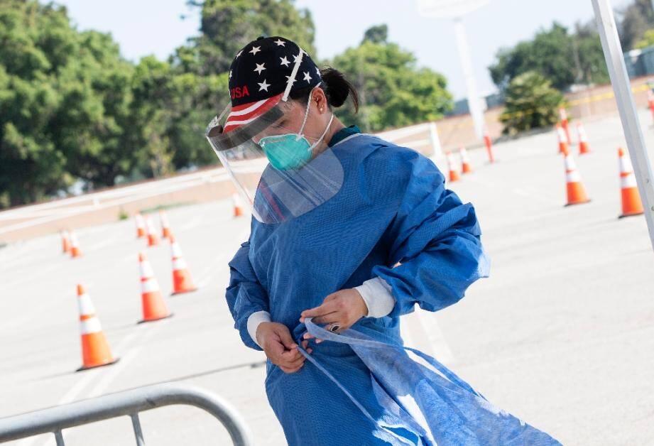 Une infirmière sur un site de dépistage du nouveau coronavirus à Inglewood en Californie le 27 avril 2020