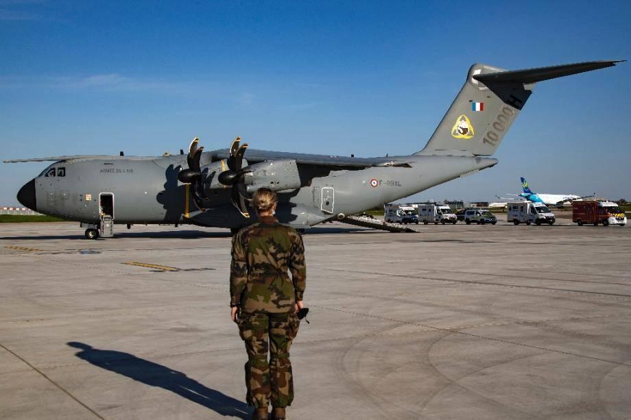 Un A400 sur le tarmac de l'aéroport de Orly le 4 avril 2020 dans l'attente de transporter des malades Covid-19