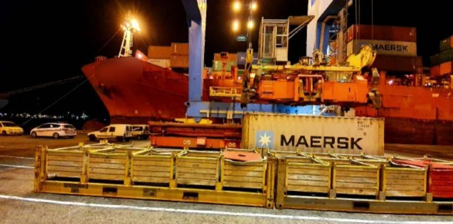 L'opération a été réalisée de nuit à l'arrivée du navire au port de Marseille.