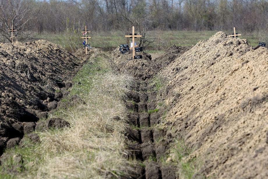 Des tombes fraichement creusées à Dnipro, dans le centre-est de l'Ukraine, le 7 avril 2020