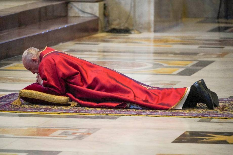 Le pape François prosterné en prière sur le sol avant de présider l?office de la Passion en la basilique Saint-Pierre lors du Vendredi saint, le 10 avril 2020 au Vatican