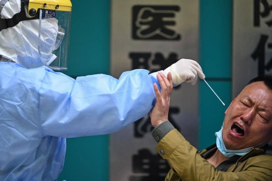Un test de dépistage du Covid-19 à Wuhan, dans le centre de la Chine, le 16 avril 2020