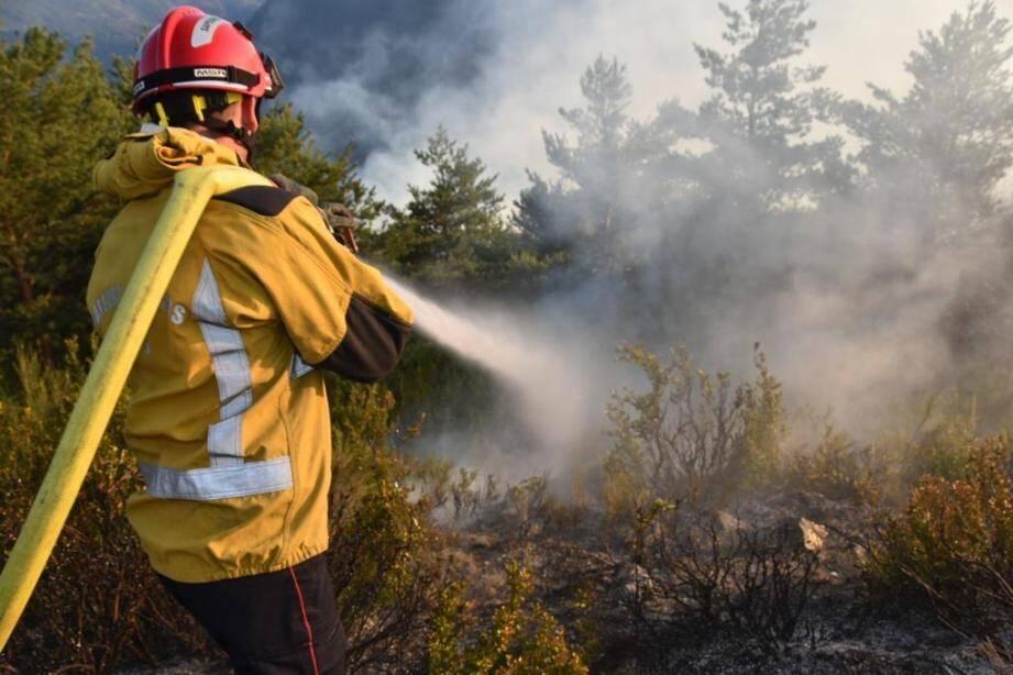 Après que les fumerolles se sont estompées, les pompiers se concentrent sur les lisières du feu, effectuant un travail de fond qui devrait mener à son extinction. Un objectif visé dans la journée.