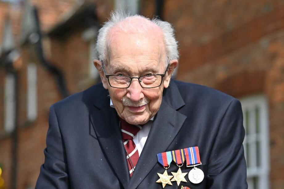 Le capitaine Tom Moore, ancien combattant, marche avec son déambulateur le long de son jardin pour lever des fonds destinés au NHS, dans le village de Marston Moretaine au nord de Londres le 16 avril 2020