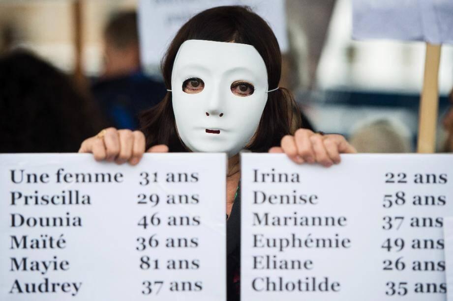 Pancartes portant les noms de femmes tuées par leur compagnon ou leur ex-compagnon, lors d'une manifestation contre les violences faites aux femmes, le 23 novembre 2019 à Marseille
