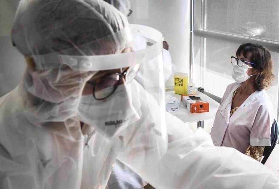 Des personnels soignants testent au Covid-19 une soignante d'une Ehpad, le 16 avril 2020 à Asnières-sur-Seine, près de Paris