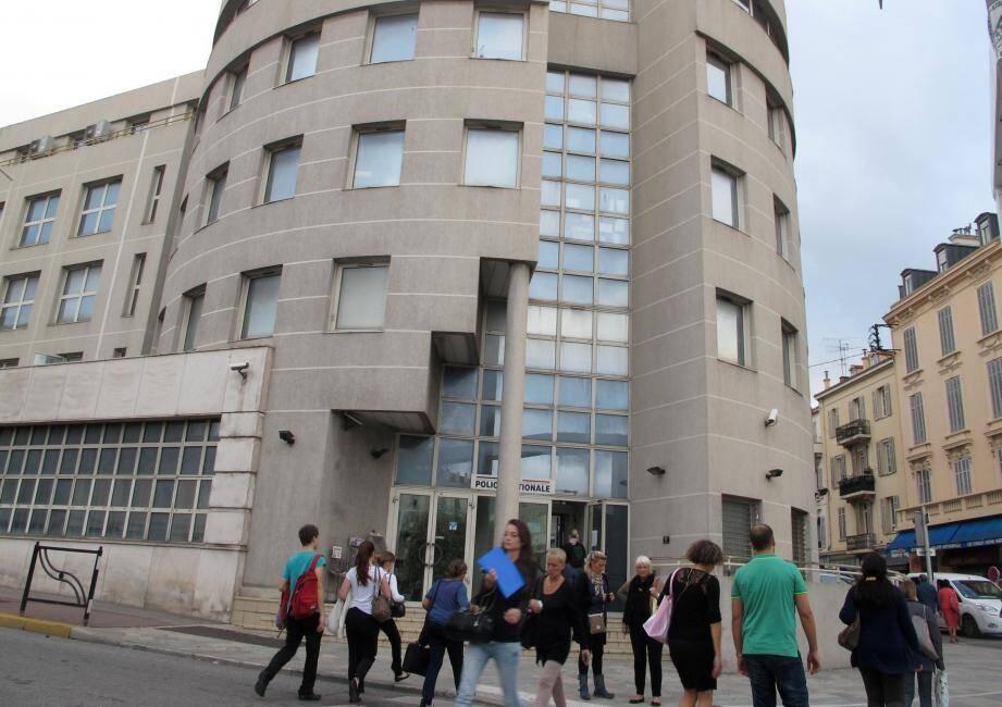 Le commissariat de Cannes, véritable foyer de coronavirus est vivement critiqué par les syndicats policiers pour son état et sa configuration...confinée.