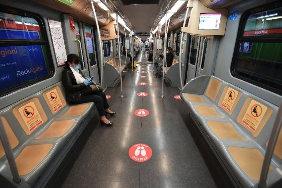 """Une rame de métro dans laquelle une signalisation indique comment respecter la """"distanciation sociale"""" à Milan, le 28 avril 2020 en Italie"""